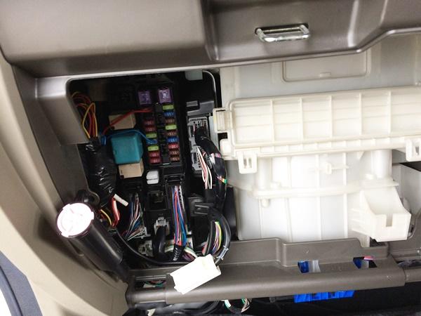 タント(型式L385)のイモビライザーコンピューターの場所はここです。